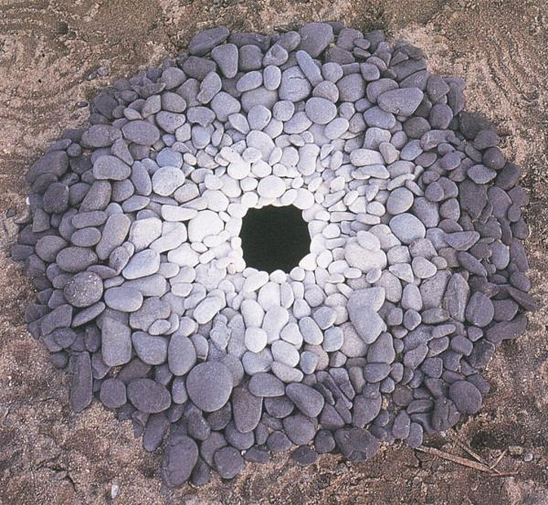 Andy Goldsworthy, Pebbles around a hole, Kinagashima-Cho, Japan (1987)