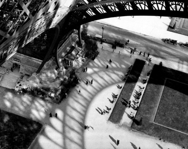 andre-kertesz-eiffel_tower_1929_paris