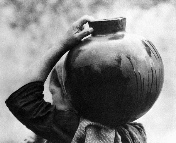phoca_thumb_l_006 mujer con olla 1926